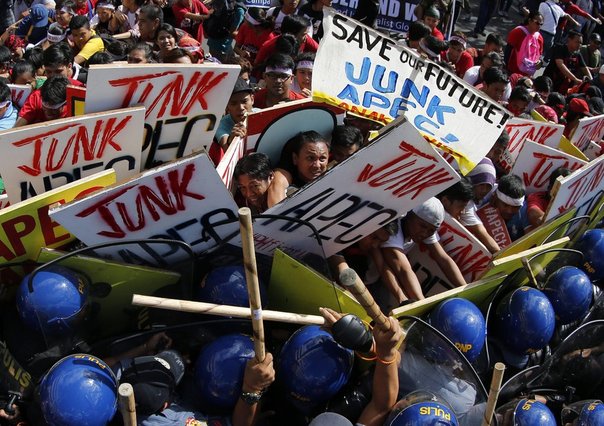 epa05031946 Filipino activists clash with riot police during a protest rally near the venue of the on-going Asia-Pacific Economic Cooperation (APEC) summit in Manila, Philippines, 19 November 2015. Some 1,000 protesters clashed with police who used water cannons and batons to stop them from marching to a summit of Asia-Pacific leaders in the Philippines. The demonstrators fought back, hitting police officers with their placards and wooden sticks while pushing to try to get through the security barricade. The clash occurred about 1.2 kilometres away from the convention centre where Philippine President Benigno Aquino welcomed leaders for the annual Asia-Pacific Economic Cooperation (APEC) summit.  EPA/FRANCIS R. MALASIG