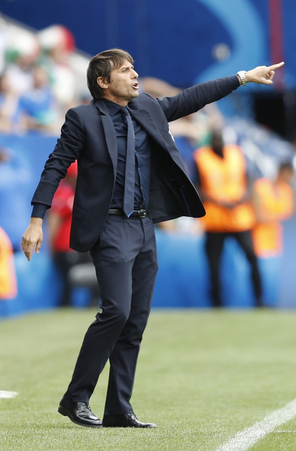 Italy coach Antonio Conte gives instructions during the Euro 2016 Group E soccer match between Italy and Sweden at the Stadium municipal in Toulouse, France, Friday, June 17, 2016. (AP Photo/Antonio Calanni)