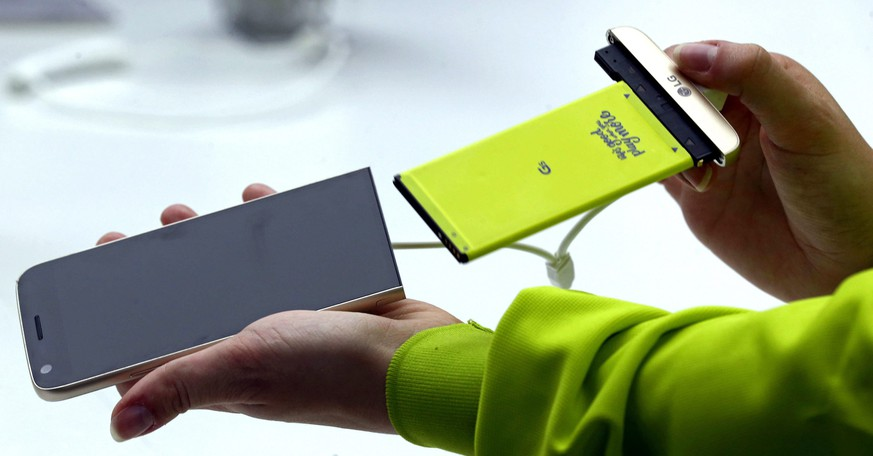 epa05173867 A hostess shows the switching of components of the South Korean LG Electronics' new G5 smartphone, a new smartphone concept that allows to swap different parts of the phone, during a preview day of the the Mobile World Congress in Barcelona, Spain, 21 February 2016. The Mobile World Congress 2016 will run from 22 to 25 February 2016.  EPA/TONI ALBIR