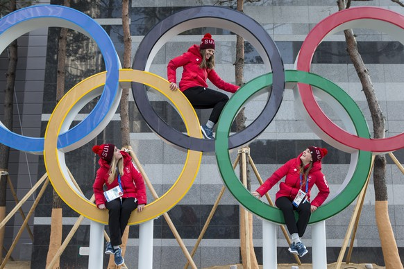 Swiss Eishockey team with Monika Waidacher, Nina Waidacher and Lisa Rueedi, from left, pose in olympic rings, pictured during a media tour through the Gangneung Olympic Village one day prior tot he opening of the XXIII Winter Olympics 2018 in Gangneung, South Korea, on Thursday, February 08, 2018. (KEYSTONE/Alexandra Wey)