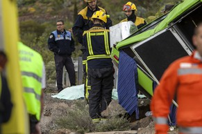 epa04118922 Members of the rescue services work near a minibus that crashed on Cazadores road, Gran Canaria Island, Spain, 10 March 2014. A Swiss tourist died and 17 people were injured, 8 of them seriously injured, due to the accident.  EPA/ANGEL MEDINA G.
