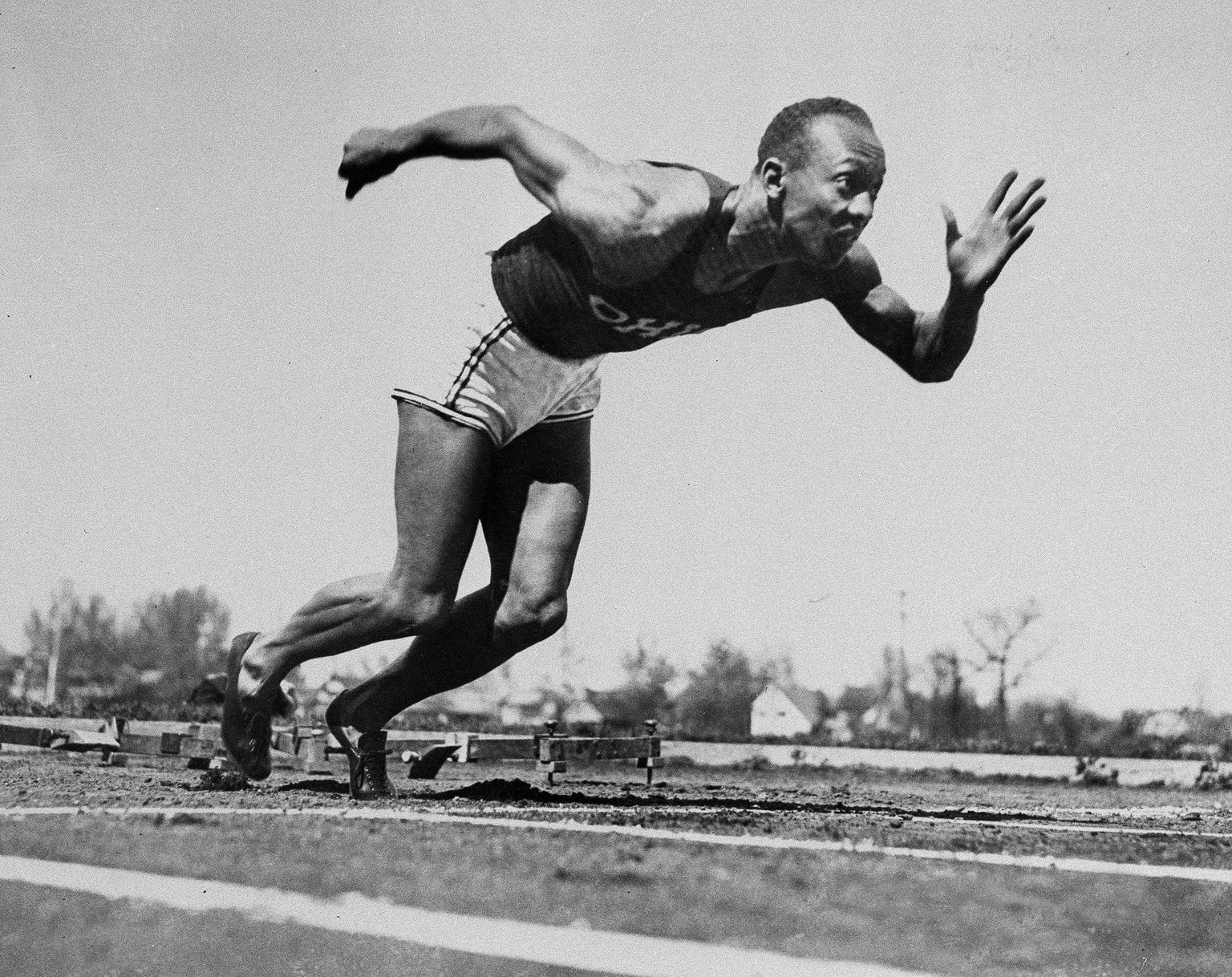 ARCHIV - ZUM KEYSTONE-SDA-TEXT UEBER DEN US-LEICHTATHLETEN JESSE OWENS, DER AM 25. MAI 1935 FUENF WELTREKORDE AUFSTELLTE, STELLEN WIR IHNEN FOLGENDES BILDMATERIAL ZUR VERFUEGUNG - Jesse Owens of Ohio State University dashes the furlong in 20.3 seconds at the Big Ten Western Conference track meet in Ann Arbor, Mich., May 25, 1935. In what is acknowledged as the greatest single day by any track and field athlete, Owens broke five world records and tied another within the span of 45 minutes. (KEYSTONE/AP Photo)