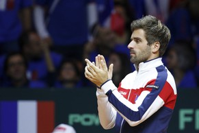 France's Davis Cup team captain Arnaud Clement cheers his team during their Davis Cup final doubles tennis match against Switzerland's Roger Federer and Stanislas Wawrinka at the Pierre-Mauroy stadium in Villeneuve d'Ascq, near Lille, November 22, 2014. REUTERS/Pascal Rossignol  (FRANCE - Tags: SPORT TENNIS)