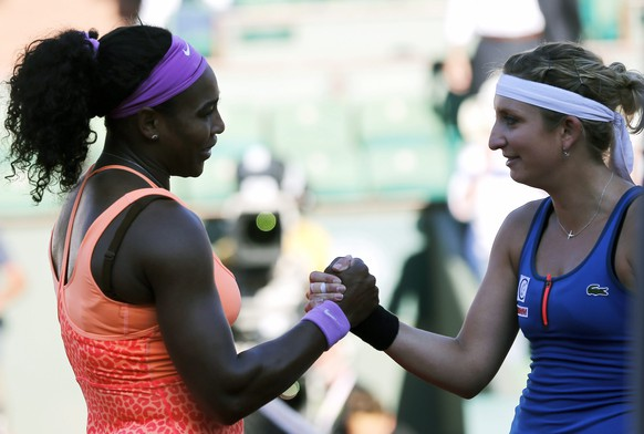 epa04783369 Serena Williams of the USA (L) shakes hands withTimea Bacsinszky of Switzerland after their semifinal match for the French Open tennis tournament at Roland Garros in Paris, France, 04 June 2015.  EPA/ETIENNE LAURENT