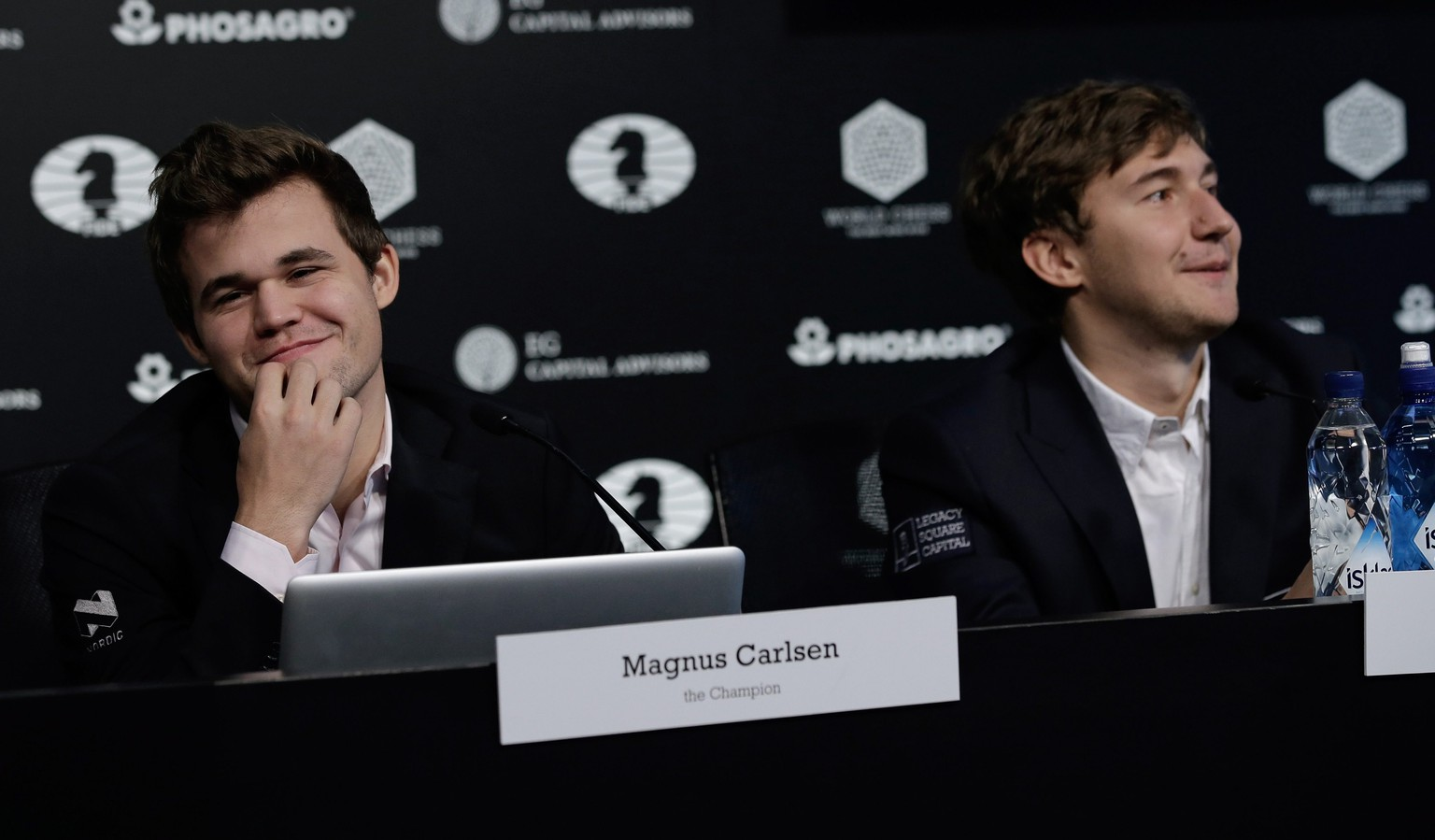 epa05651379 Chess players Magnus Carlsen (L) of Norway, the reigning world chess champion, and Sergey Karjakin, of Russia, attend a press conference after round 12 ended in a draw of the World Chess Championship in New York,  New York, USA, 28 November 2016.  EPA/PETER FOLEY