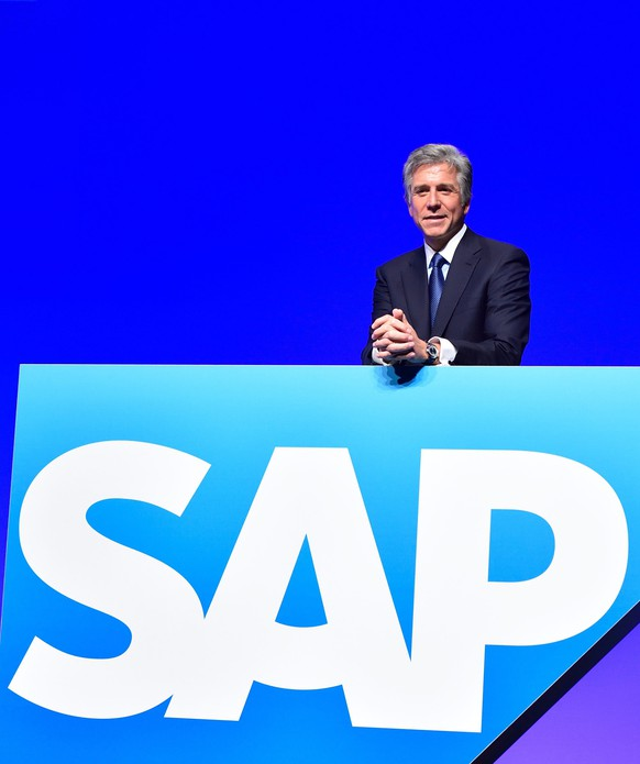 epa04216911 SAP spokesman of the management board Bill McDermott gestures behind the company logo, before the general meeting of the  German software giant SAP in Mannheim, Germany, 21 May 2014.  EPA/UWE ANSPACH