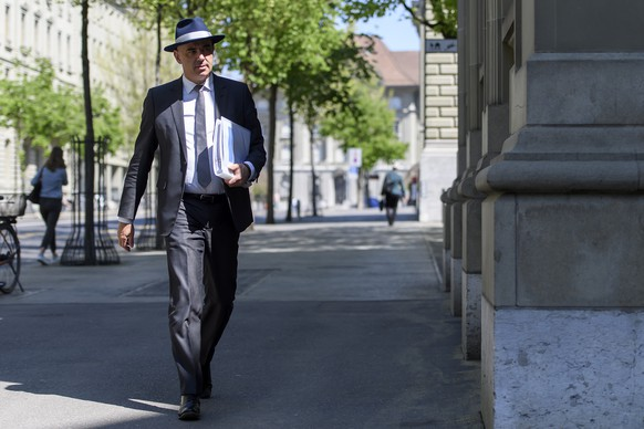 Bundesrat Alain Berset auf dem Weg zum Austausch mit den Parteien und dem Bundesrat wegen der Coronavirus-Krise, am Donnerstag, 23. April 2020 vor dem Bernerhof in Bern. (KEYSTONE/Anthony Anex)