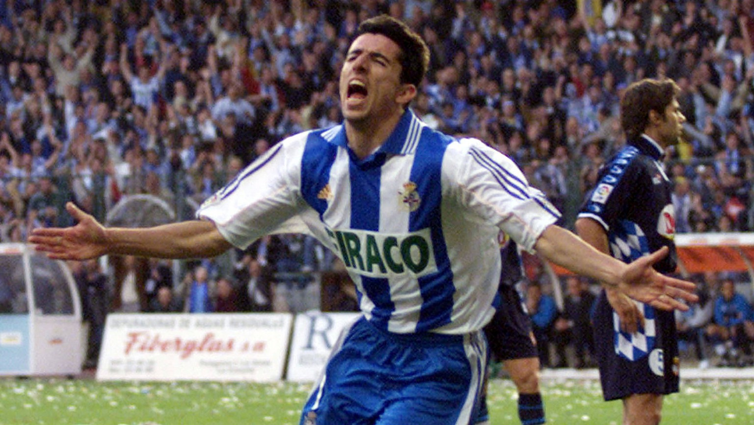 Deportivo La Coruna's Dutch player Makaay celebrates his team's second goal against RCD Espanol on the last day of the Spanish league championship in La Coruna, northern Spain Friday, May 19, 2000. A win for Deportivo La Coruna would give them the league title. (KEYSTONE/AP Photo/Delmi Alvarez)