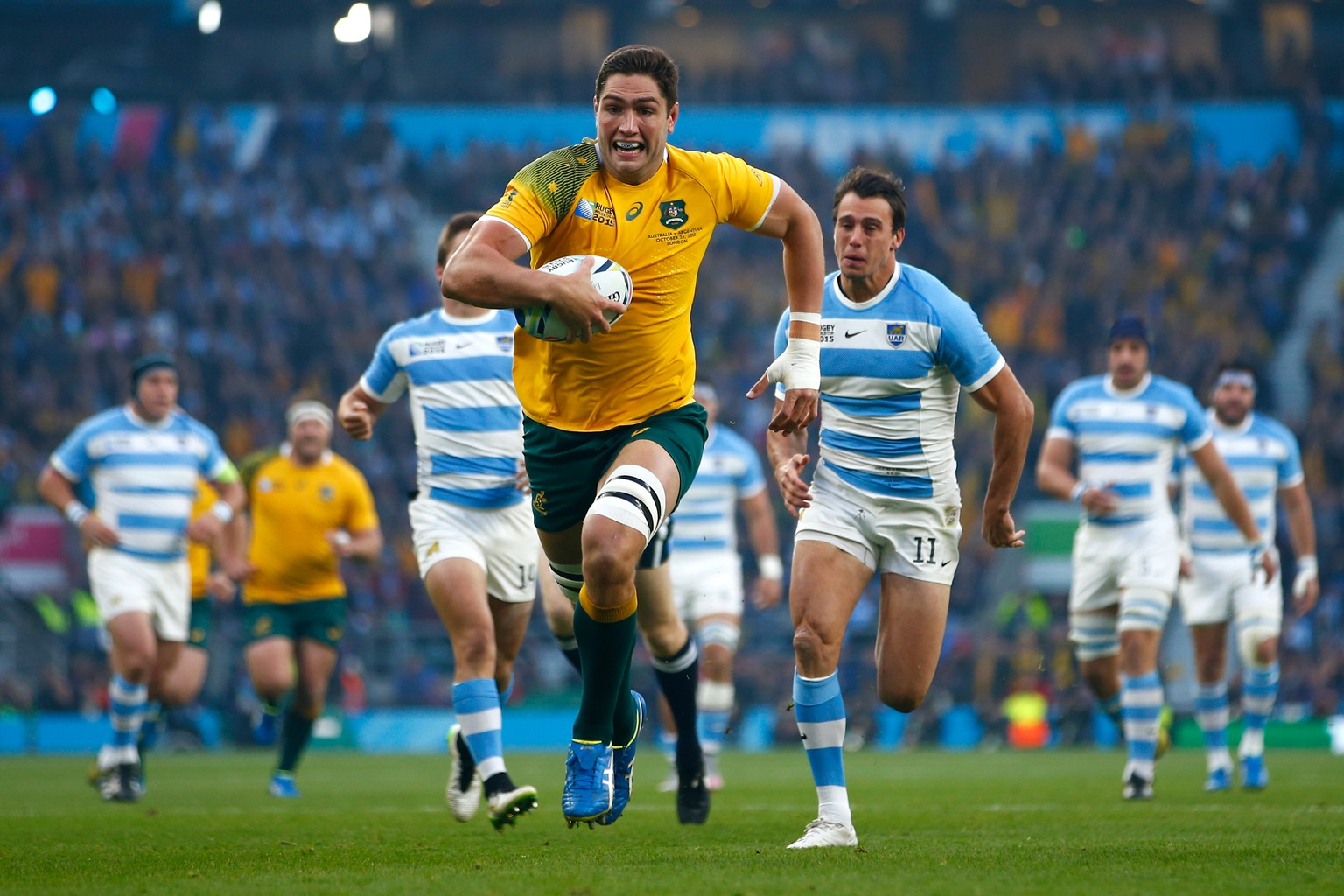 LONDON, ENGLAND - OCTOBER 25:   Rob Simmons of Australia races through to score the opening try during the 2015 Rugby World Cup Semi Final match between Argentina and Australia at Twickenham Stadium on October 25, 2015 in London, United Kingdom.  (Photo by Mike Hewitt/Getty Images)