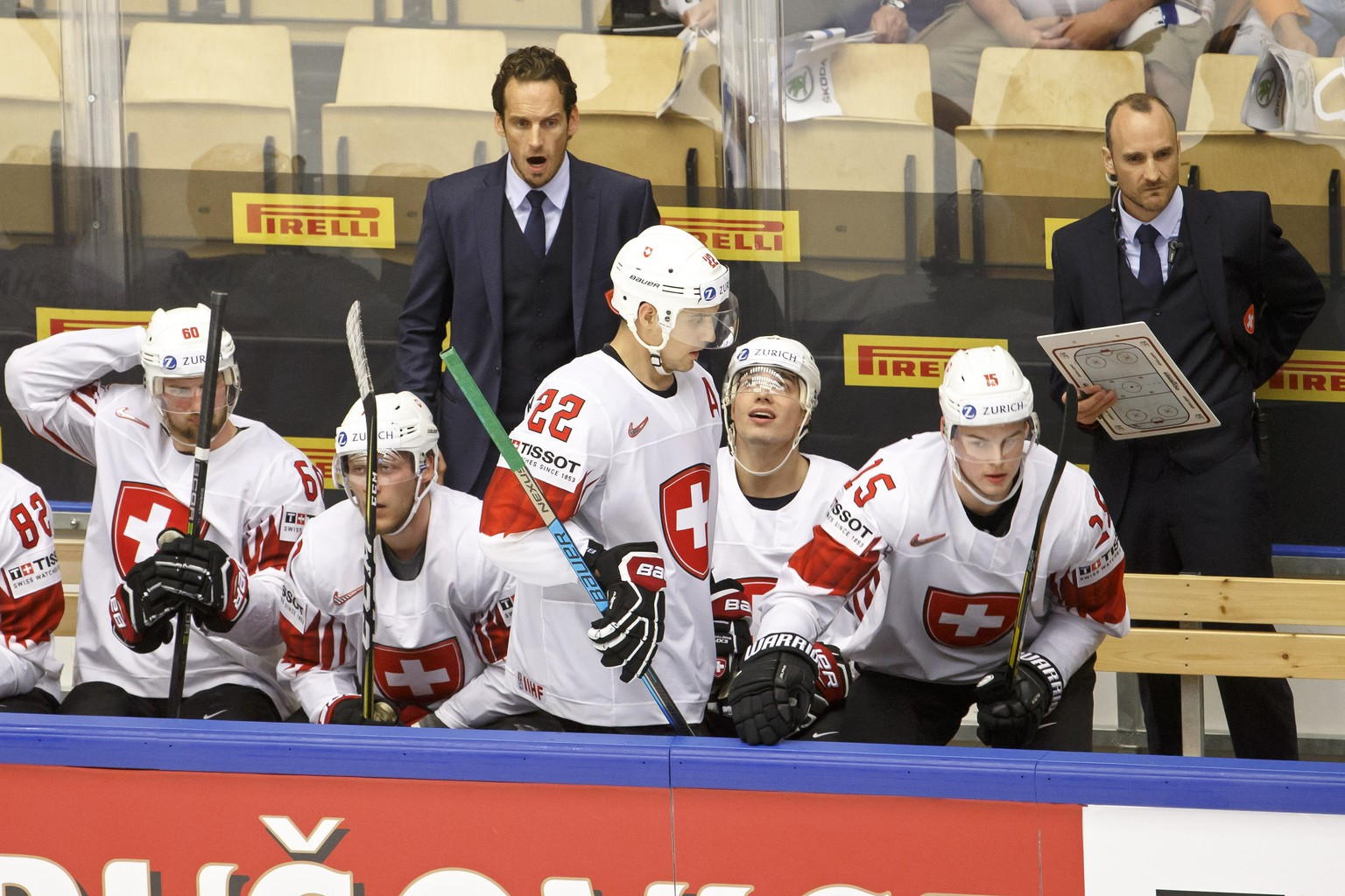 ARCHIVBILD ZUR MELDUNG, DASS CHRISTIAN WOHLWEND NEUER DAVOS-TRAINER WIRD --- Patrick Fischer, left, head coach of Switzerland national ice hockey team, next to Christian Wohlwend, right, assistant coach of Switzerland national ice hockey team, talks to his players, during the IIHF 2018 World Championship quarter final game between Finland and Switzerland, at the Jyske Bank Boxen, in Herning, Denmark, Thursday, May 17, 2018. (KEYSTONE/Salvatore Di Nolfi)