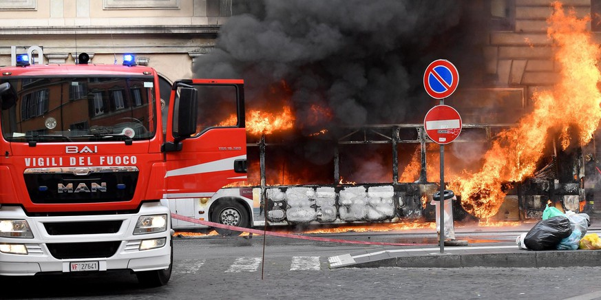 epa06718556 Firefighters work to extinguish a bus engulfed in flames in via del Tritone, in central Rome, Italy, 08 May 2018. There are no reports of injuries.  EPA/ETTORE FERRARI