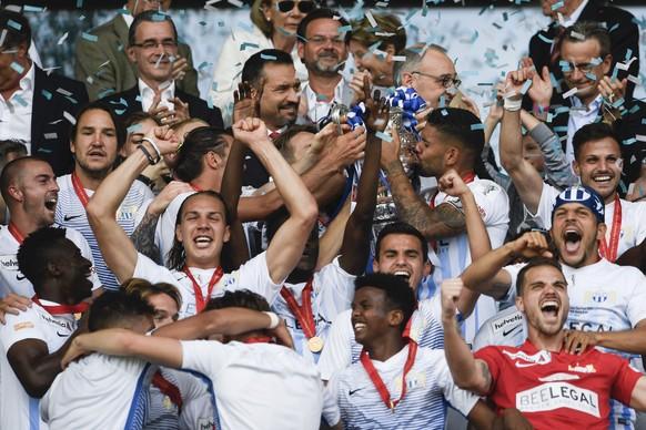 Zuerichs Spieler und Staff feiern ihren Sieg im Schweizer Fussball Cupfinalspiel zwischen den Berner Young Boys und dem FC Zuerich, am Sonntag 27. Mai 2018, im Stade de Suisse in Bern. (KEYSTONE/Ennio Leanza)