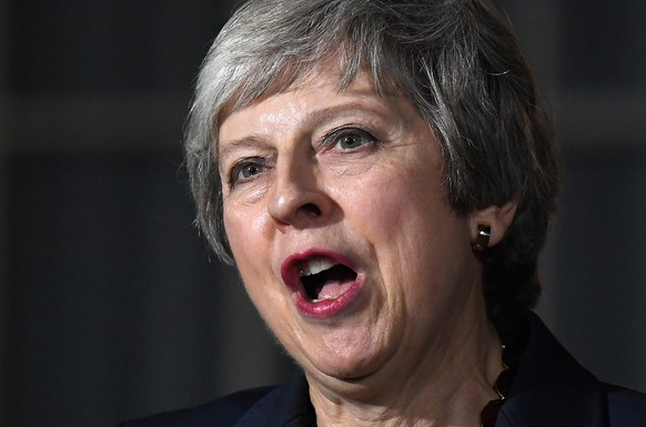 epa07165562 British Prime Minister Theresa May delivers a statement outside Downing Street No 10 in London, Britain, 14 November 2018. Theresa May said the cabinet has backed the draft Brexit withdrawal agreement.  EPA/ANDY RAIN