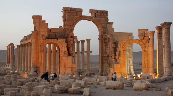 epa05669429 (FILE) A file picture dated 01 April 2016 shows damages near the Arch of Triumph in the ancient city of Palmyra in the central city of Homs, Syria. On 10 December 2016 Islamic State (IS) fighters re-entered Palmyra after the Syrian government forces gained control over the Unesco World Heritage site on March 2016.  EPA/YOUSSEF BADAWI *** Local Caption *** 52679087