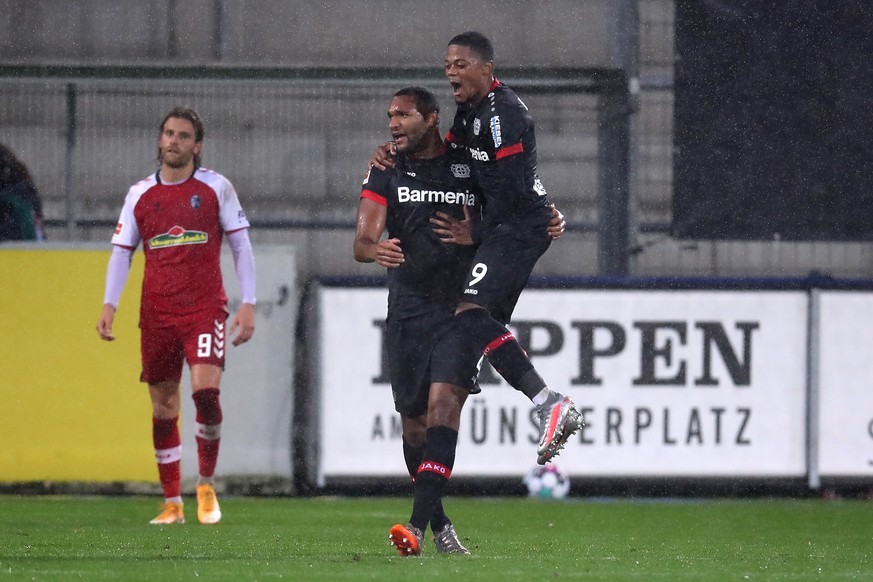 epa08791381 Jonathan Tah (L) of Bayer 04 Leverkusen celebrates with teammate Leon Bailey after scoring his team's fourth goal during the German Bundesliga soccer match between Sport-Club Freiburg and Bayer 04 Leverkusen at Schwarzwald-Stadion in Freiburg im Breisgau, Germany, 01 November 2020.  EPA/ALEX GRIMM / POOL CONDITIONS - ATTENTION:  The DFL regulations prohibit any use of photographs as image sequences and/or quasi-video.