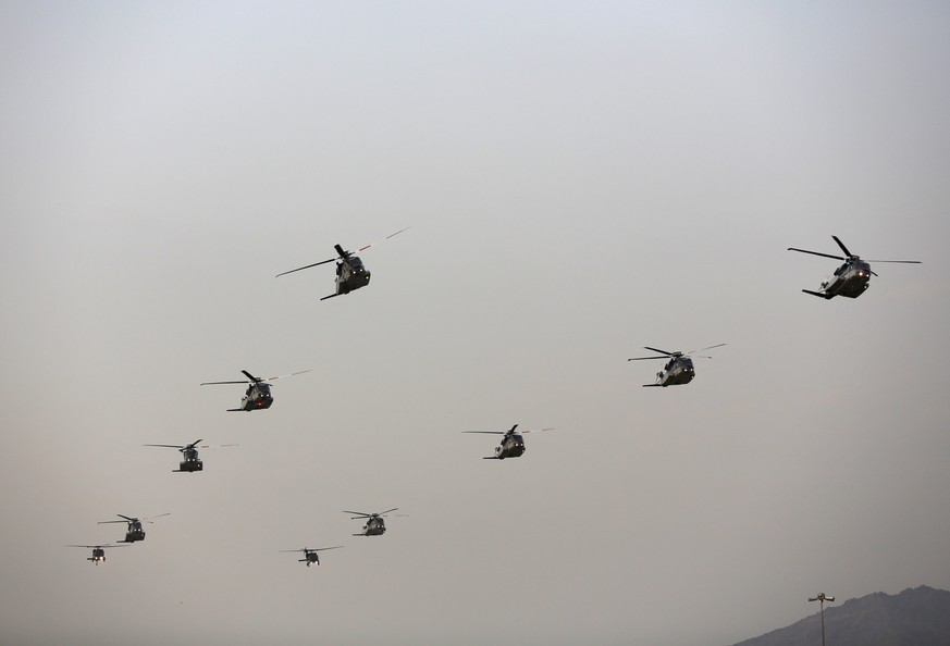 Helicopters fly in formation during a military parade in preparation for the annual Haj pilgrimage in Mecca September 17, 2015.  REUTERS/Ahmad Masood
