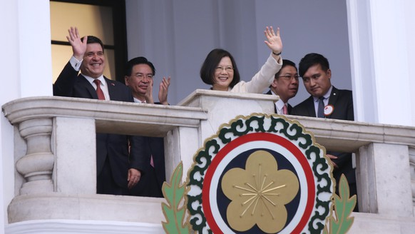 epa06082529 A handout photo made available by the Taiwanese Presidential Office shows Taiwan's President Tsai Ing-wen (C) and Paraguay's President Horacio Cartes (L) waving during a meeting at the Presidential Office Building in Taipei, Taiwan, 12 July 2017. Cartes is in Taipei for a three-day visit to mark 60 years of diplomatic ties between Taiwan and Paraguay. Paraguay is one of twenty countries that has diplomatic ties with Taiwan, formally called Republic of China (ROC).  EPA/TAIWAN PRESIDENTIAL OFFICE HANDOUT  HANDOUT EDITORIAL USE ONLY/NO SALES