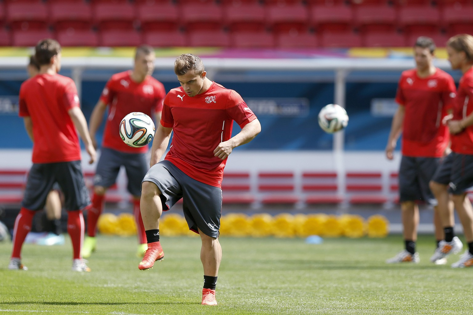 epa04256283 Switzerland's Xherdan Shaqiri juggles the ball during a training session of the Swiss national soccer team in the National Stadium in Brasilia, Brazil, Saturday, June 14, 2014, one day prior to the group E stage match against Ecuador.  EPA/PETER KLAUNZER