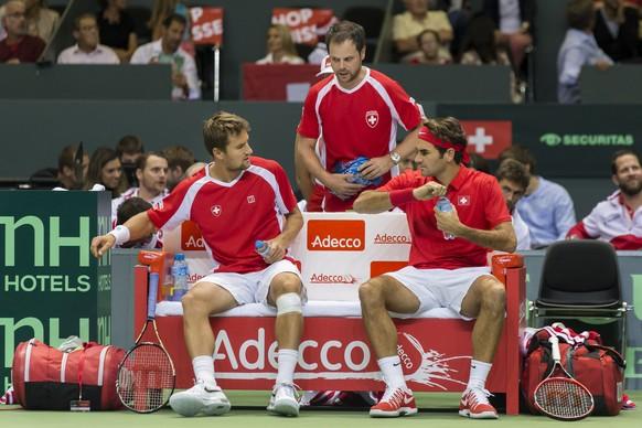 Genf, 19.09.2015, Tennis Davis Cup, Schweiz - Holland, vlnr, Marco Chiudinelli, Captain Severin Luethi und Roger Federer (SUI) (Pascal Muller/EQ Images)