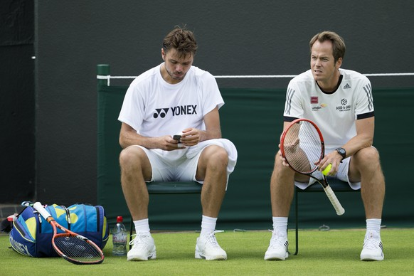 Stanislas Wawrinka of Switzerland, left, and his coach Magnus Norman of Sweden, during a training session at the All England Lawn Tennis Championships in Wimbledon, London, Saturday, June 27, 2015. (KEYSTONE/Peter Klaunzer)