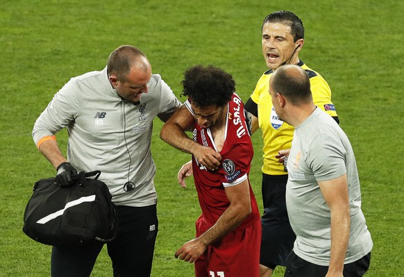 epa06765594 Liverpool's Mohamed Salah (C) reacts as he leaves the pitch after being injured during the UEFA Champions League final between Real Madrid and Liverpool FC at the NSC Olimpiyskiy stadium in Kiev, Ukraine, 26 May 2018. EPA/ROBERT GHEMENT