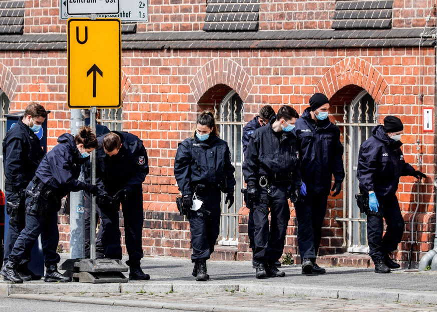 epa09167584 Police investigate in front of Oberlin care Clinic in Potsdam, Germany, 29 April 2021. German police arrested a woman on suspicion of killing four people on late evening of 28 April.  EPA/FILIP SINGER
