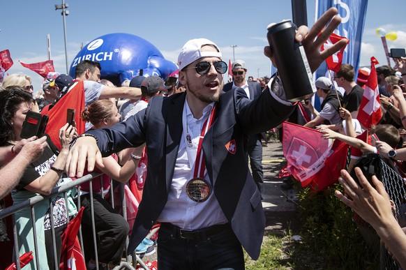 Zwölf Stunden nach dem Penalty-Drama in Kopenhagen sind die Schweizer WM-Silber-Helden wieder in der Schweiz. Tausende empfangen sie am Flughafen Zürich-Kloten.