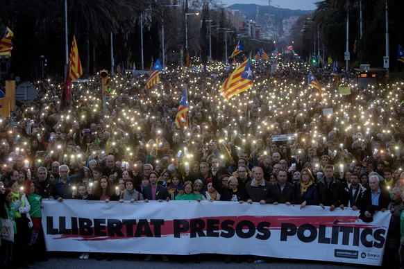 epa06629445 Thousands of people attend a march called for by Catalan National Assembly (ANC) to protest against the imprisonment of former Catalan leader Carles Puigdemont in Barcelona, Catalonia, north eastern Spain, 25 March 2018. According to reports, German police on 25 March 2018 allegedly detained former Catalan leader Puigdemont after he crossed into Germany from Denmark. Puigdemont is sought by Spain who issued an European arrest warrant against the former leader who is living in exile in Belgium.  EPA/MARTA PEREZ