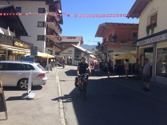 """Die allerersten der insgesamt rund 11'000 Meter auf der Tour dur d'Schwiiz in Samnaun Dorf. Nein, die Schweizer Fähnli hangen nicht wegen mir. <i>Hier kannst du der Tour dur d'Schwiiz auf <a href=""""https://www.facebook.com/tourdurdschwiiz"""" target=""""_blank"""">Facebook</a> und <a href=""""https://twitter.com"""