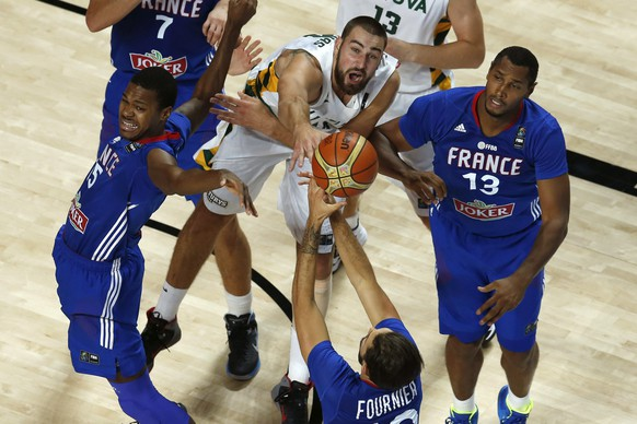 epa04399112 Boris Diaw (R), Evan Fournier (bottom) and Mickael Gelabale (L) of France in action against Jonas Valanciunas (C) of Lithuania during the match between Lithuania and France for the third place of the FIBA Basketball World Cup in Madrid, central Spain, 13 September 2014. Spain 2014 FIBA Basketball World Cup runs from 30 August to 14 September 2014.  EPA/JUAN CARLOS HIDALGO