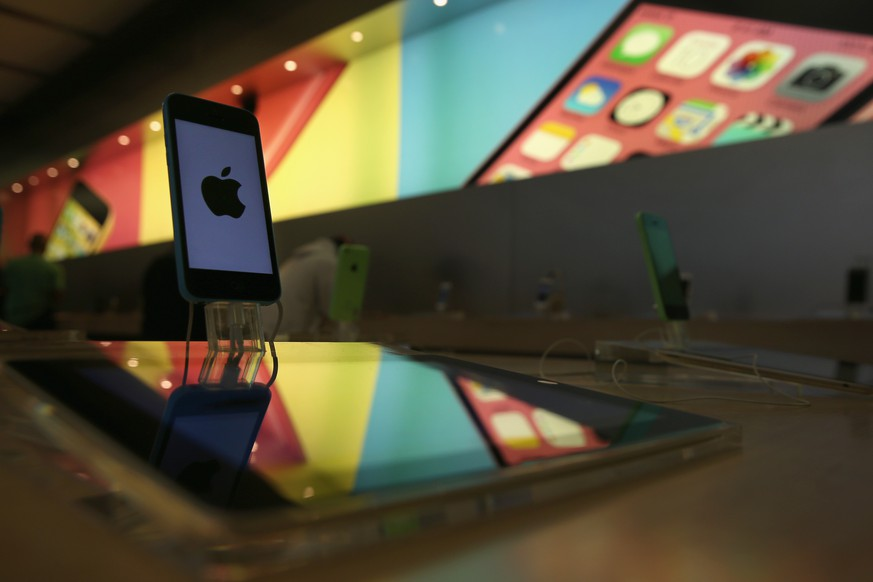 NEW YORK, NY - APRIL 22:  An Iphone sits on display at Apple's Fifth Avenue store on Earth Day in Midtown Manhattan on April 22, 2014 in New York City. The store is one of at least 120 Apple stores currently powered by renewable energy. To coincide with Earth Day, Apple announced it's offering free recycling of all of its used products. Employees wore green shirts for the occasion.  (Photo by John Moore/Getty Images)