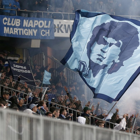 Napoli's fans wave a flag with the face of Diego Maradona during their Europa League Group I stage match between Switzerland's Young Boys Bern and Italy's SSC Napoli at the Stade de Suisse Stadium in Bern, Switzerland, Thursday, October 23, 2014. (KEYSTONE/Peter Klaunzer)