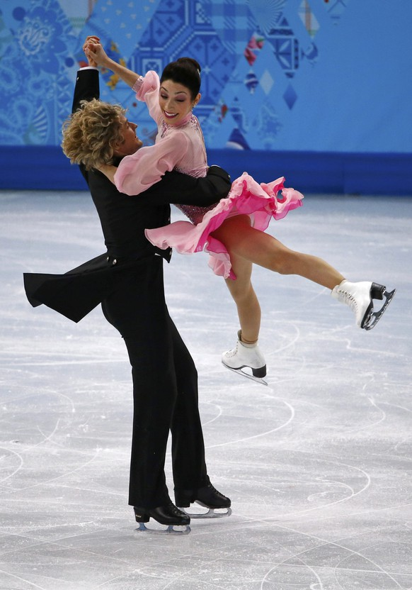 Meryl Davis (R) and Charlie White of the U.S. compete during the figure skating ice dance short dance program at the Sochi 2014 Winter Olympics, February 16, 2014.          REUTERS/David Gray (RUSSIA  - Tags: SPORT FIGURE SKATING OLYMPICS)