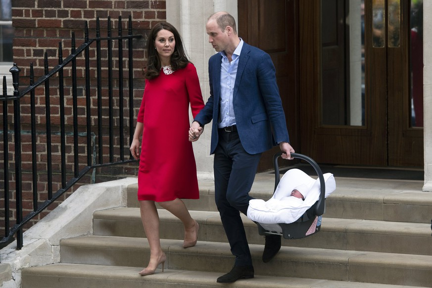 epa06687661 Britain's Prince William (R), Duke of Cambridge carries his newborn son next to his wife Catherine (L), Duchess of Cambridge as they leave the Lindo Wing at St. Mary's Hospital  in Paddington, London, Britain, 23 April 2018. The baby boy is the royal couple's third child and fifth in line to the British throne.  EPA/WILL OLIVER  EPA-EFE/WILL OLIVER