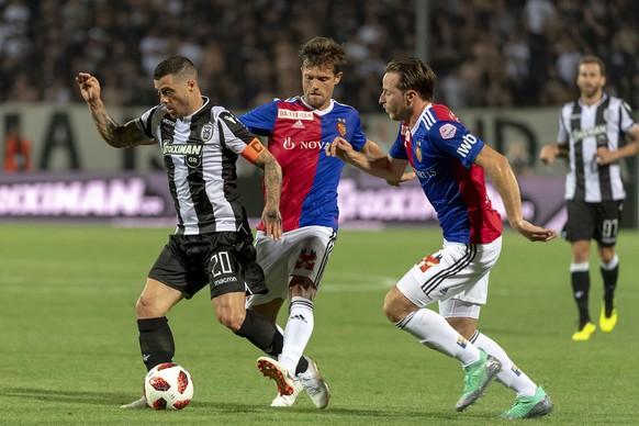 PAOK's Vieirinha, Basel's Valentin Stocker and Luca Zuffi, from left, during the UEFA Champions League second qualifying round first leg match between Greece's PAOK FC and Switzerland's FC Basel 1893 in the Toumba stadium in Thessaloniki, Greece, on Tuesday, July 24, 2018. (KEYSTONE/Georgios Kefalas)