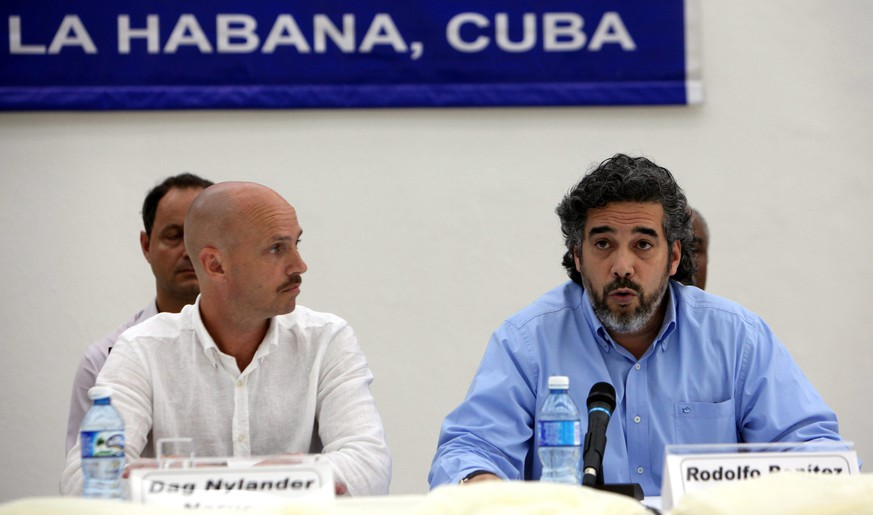 epa04844585 Rodolfo Benitez (R) of Cuba and Dag Nylander (L) of Norway, representatives of countries in peace talks between Colombian government and FARC, deliver remarks at Havana, Cuba, 12 July 2015. Negotiator teams in peace talks have agreed on a plan to de-escalate conflict and also to speed up the negotiations. Colombian government said that will start a 'de-escalate process in military actions' from 20 July, in connection with the one month unilateral ceasefire announced by FARC to start on the same day.  EPA/ERNESTO MASTRASCUSA