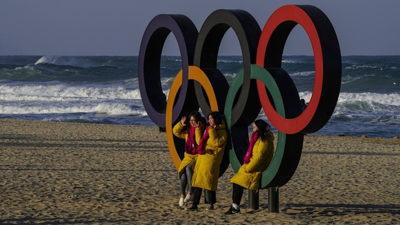 epa06495750 People take pictures with the large Olympic rings placed at Gyeongpo beach near the Olympic village in Gangneung, South Korea, 04 February 2018. The PyeongChang 2018 Winter Games Olympics, will run from 09 to 25 February 2018.  EPA/SERGEI ILNITSKY
