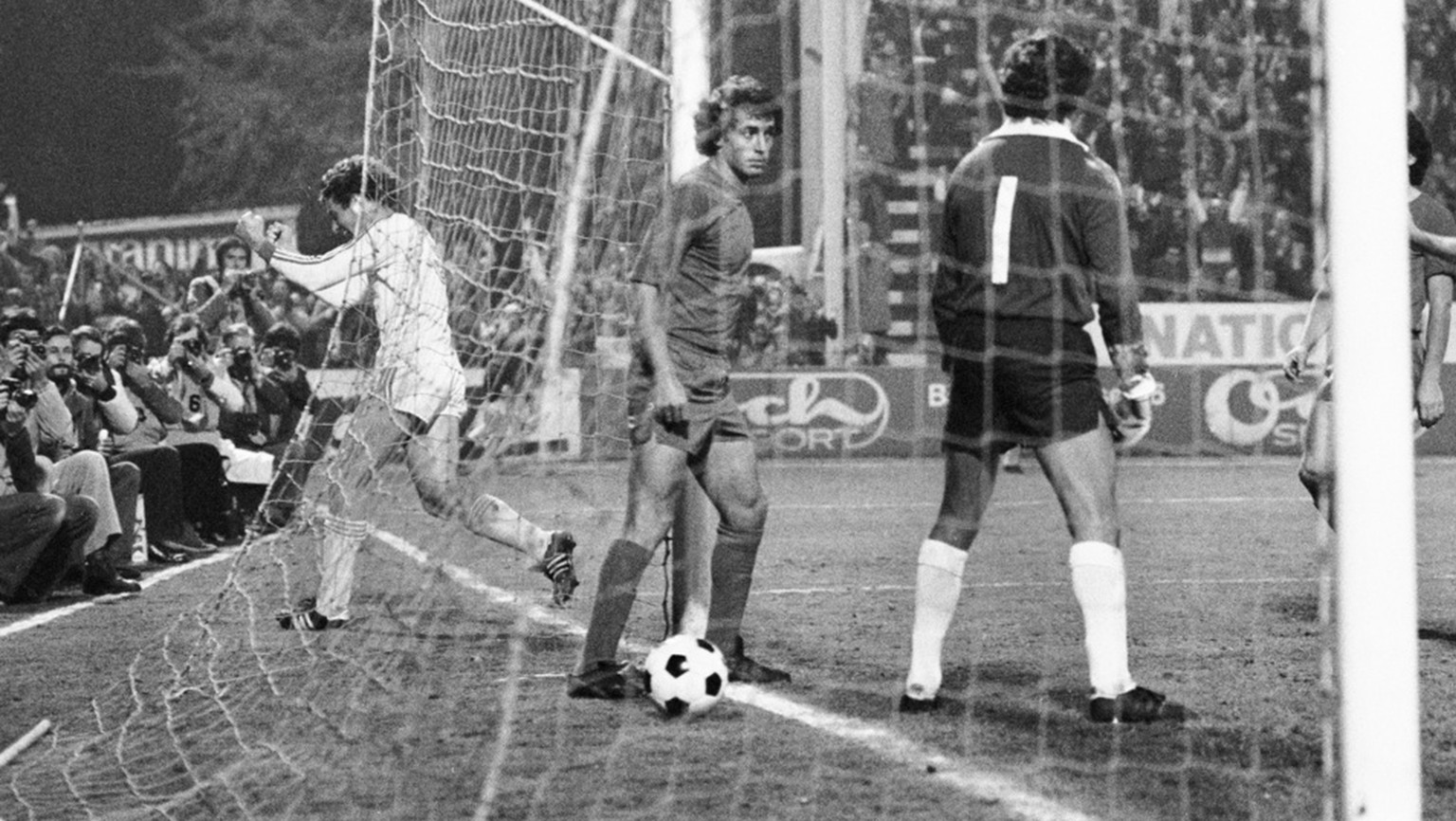 Goal celebrations by Grasshopper Club Zuerich soccer player Claudio Sulser (left) after he scored against Real Madrid during the champion's cup, last sixteen round between Grasshoppers and Real Madrid on November 1, 1978, at the Hardturm stadium in Zurich, Switzerland. GC won the match with 2-0 and moved on to the quarter finals. (KEYSTONE/PHOTOPRESS-ARCHIV/Str)  Torjubel von GC Spieler Claudio Sulser, links, nach seinem Tor gegen Real Madrid, beim Meistercup Achtelfinalspiel zwischen den Grasshoppers und Real Madrid, am 1. November 1978 im Stadion Hardturm in Zuerich. GC gewann die Partie mit 2 - 0 und zog in den Viertelfinal ein. (KEYSTONE/PHOTOPRESS-ARCHIV/Str)