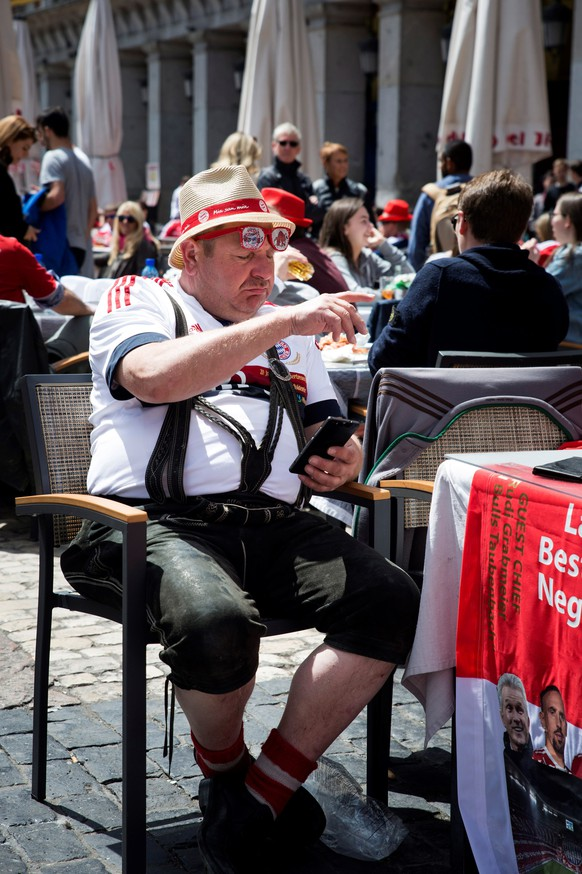 epa06704257 FC Bayern Munich fans enjoy the sunny weather at Plaza Mayor in Madrid, Spain, 01 May 2018. Real Madrid and Bayern Munich will play a second leg Champions League semi final match later in the day at Santiago Bernabeu stadium.  EPA/Luca Piergiovanni
