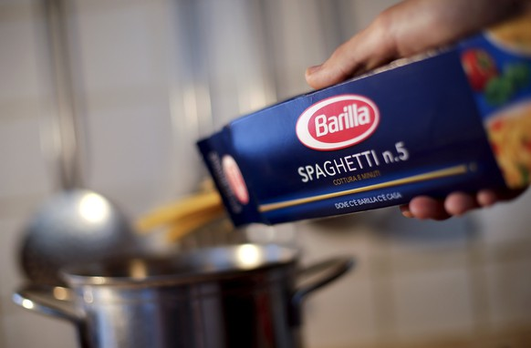 A man throws Barilla spaghetti into boiling water as he cooks at his home in Rome, Italy in this September 27, 2013 file photo. Pasta maker Barilla is expected to release 2014 results this week.  REUTERS/Max Rossi/Files GLOBAL BUSINESS WEEK AHEAD PACKAGE - SEARCH