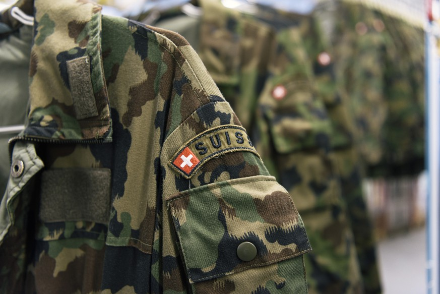 ZUM TEXTILCENTER DER SCHWEIZER ARMEE IN THUN  STELLEN WIR IHNEN HEUTE, MITTWOCH, 08. JUNI 2016, FOLGENDES BILDMATERIAL ZUR VERFUEGUNG --- Camouflage clothing is hung on coathangers, checked and repaired at the textile center of the Swiss Armed Forces' logistics center in Thun, canton of Berne, Switzerland, on April 21, 2016. (KEYSTONE/Christian Beutler)