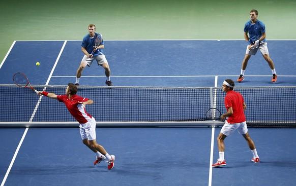 Switzerland's Stanislas Wawrinka (L) returns a ball next to Roger Federer (2R) during their Davis Cup quarter-final tennis match against Andrey Golubev (2L) and Aleksandr Nedovyvesov of Kazakhstan in Geneva April 5, 2014.  REUTERS/Denis Balibouse (SWITZERLAND  - Tags: SPORT TENNIS)