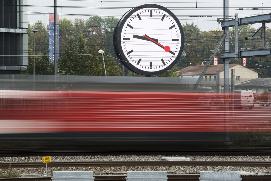 A train passes a large station clock in front of the new company headquarters of Swiss Federal Railway (by architects Lussi and Halter), captured in Bern on October 2, 2014 (Christian Beutler)   Ein Zug faehrt an der grossen Bahnhofsuhr vor dem neuen Hauptsitz der SBB (von Architekten Lussi und Halter) vorbei, aufgenommen am 2. Oktober 2014 in Bern. (KEYSTONE/Christian Beutler)
