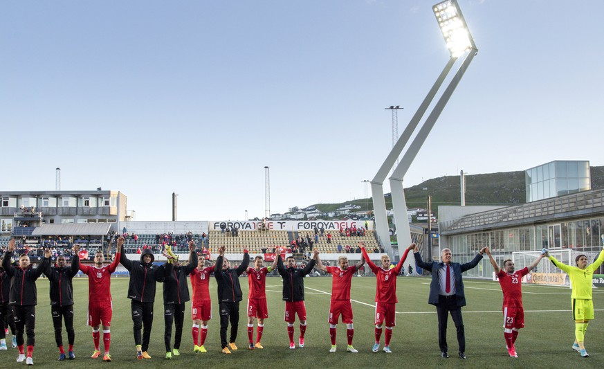epa06019949 Switzerland's players thank the fans after winning the 2018 Fifa World Cup Russia group B qualification soccer match between Switzerland and Faroe Islands at the Torsvollur football stadium in Torshavn, Faroe Islands, 09 June 2017.  EPA/GEORGIOS KEFALAS