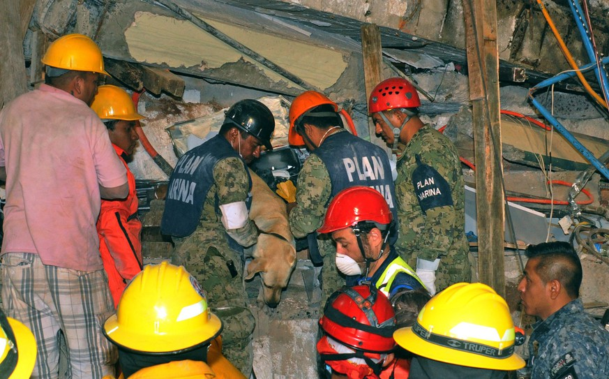 epa06216259 A handout photograph made available by Secretary of Navy of Mexico shows rescue team members working in the search and rescue of people trapped under the debris of a school that collapsed during the 7.1 earthquake that affected the country on 19 September, in Mexico City, Mexico, 20 September 2017. At least 224 people have died in the states of Morelos, Puebla and Mexico following a powerful 7.1 earthquake that struck central Mexico.  EPA/SEMAR / HANDOUT  HANDOUT EDITORIAL USE ONLY/NO SALES