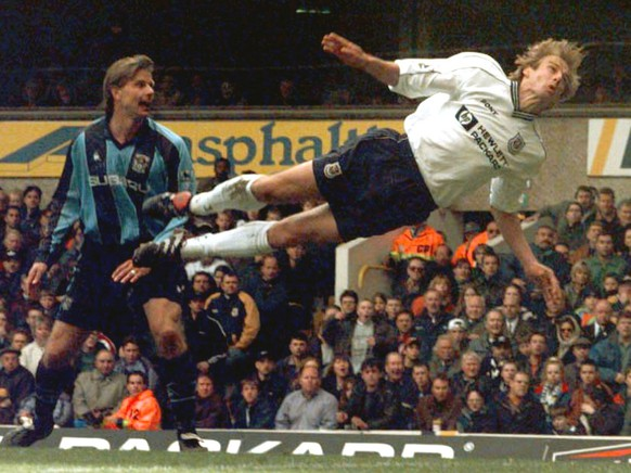 Tottenham Hotspurs' Juergen Klinsmann attempts a header on Coventry's goal, during the English Premier League soccer match between Tottenham and Coventry at London's White Hart Lane stadium Monday April 13, 1998. The match ended in a 1-1 draw. (KEYSTONE/AP/PA/Sean Dempsey)  ELECTRONIC IMAGE
