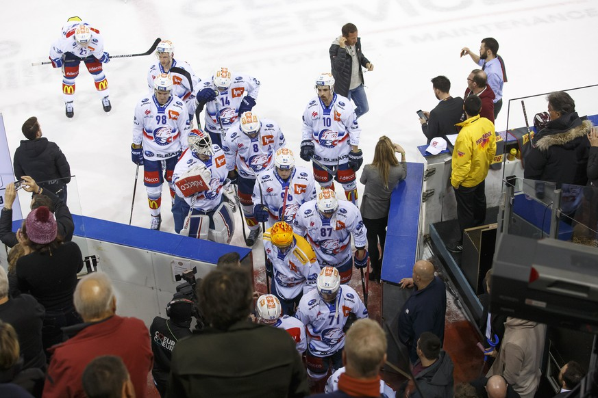 Lions' players leave the rink after losing against Geneve-Servette, during a National League regular season game of the Swiss Championship between Geneve-Servette HC and ZSC Lions, at the ice stadium Les Vernets, in Geneva, Switzerland, Monday, March 4, 2019. (KEYSTONE/Salvatore Di Nolfi)