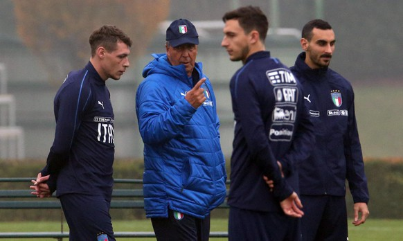 epa06324845 Italy's coach Gian Piero Ventura (2-L) speaks with his player Andrea Belotti (L) during a training session in Appiano Gentile, Italy, 12  November 2017. Italy faces Sweden on 13 November 2017 in a FIFA World Cup 2018 play-off second leg soccer match.  EPA/MATTEO BAZZI