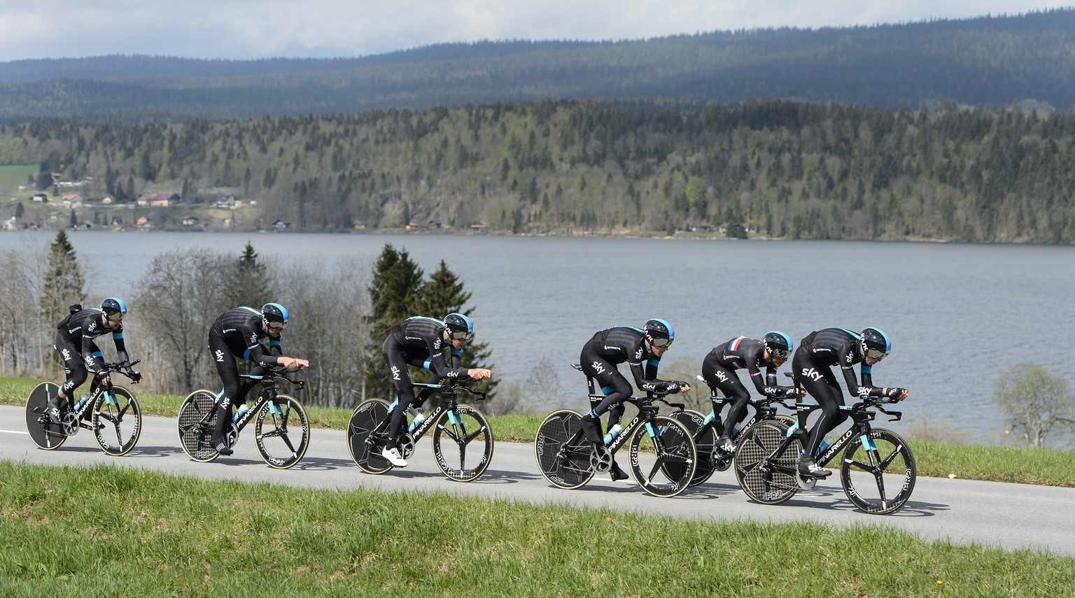 epa04722622 Team Sky Procycling with British Christopher Froome (R) in action during a team time trial training session on the eve of the 69th Tour de Romandie UCI ProTour cycling race, near Le Pont, Switzerland, 27 April 2015.  EPA/JEAN-CHRISTOPHE BOTT