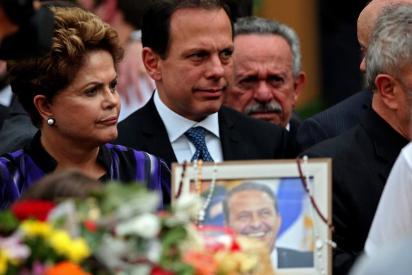 epa04358167 Brazilian President running for re-election Dilma Rousseff (L) attends a mass in memory of late socialist candidate for Brazilian Presidency Eduardo Campos in Recife, PE, Brazil, 17 August 2014. Thousand of people bid farewell to Campos, who died 13 August 2014 in an aircraft accident in Santos, SP and whose remains were completely identified on 16 August 2014. Brazil President running reelection, Dilma Rousseff and social democrat Senator Aecio Neves attende an outdoor mass officiated by archbishop of Olinda and Recife, Fernando Saburido.  EPA/FERNANDO BIZERRA JR.